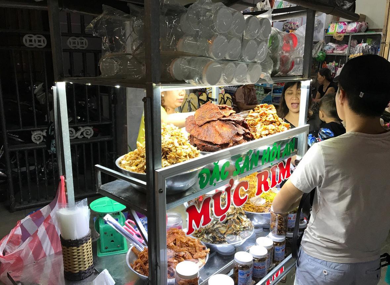 Блюда местной кухни на рынке Nguyen Hoang Street