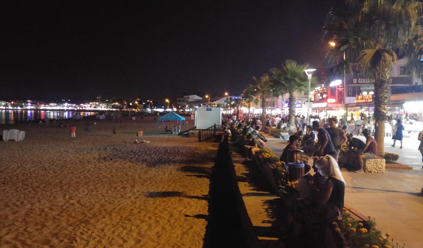 Вдоль пляжа рестораны и закусочные, лавки и магазины
