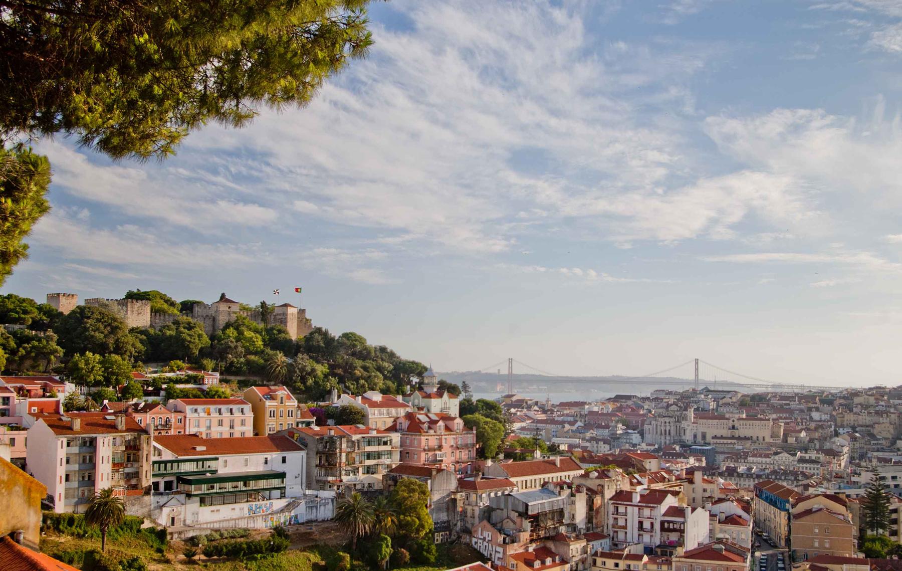 Вид со смотровой площадки Miradouro da Graça