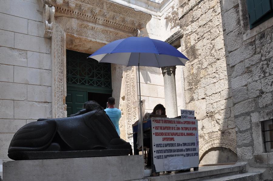 Вход в храм Юпитера, Сплит