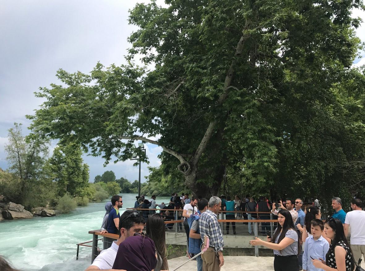 В высокий сезон водопад Манавгат кишит туристами