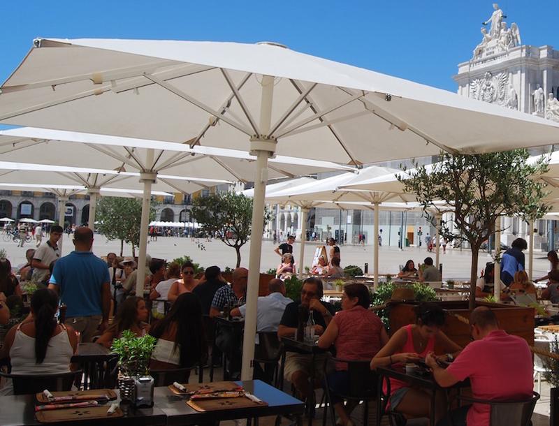 В кафе на площади Коммерции