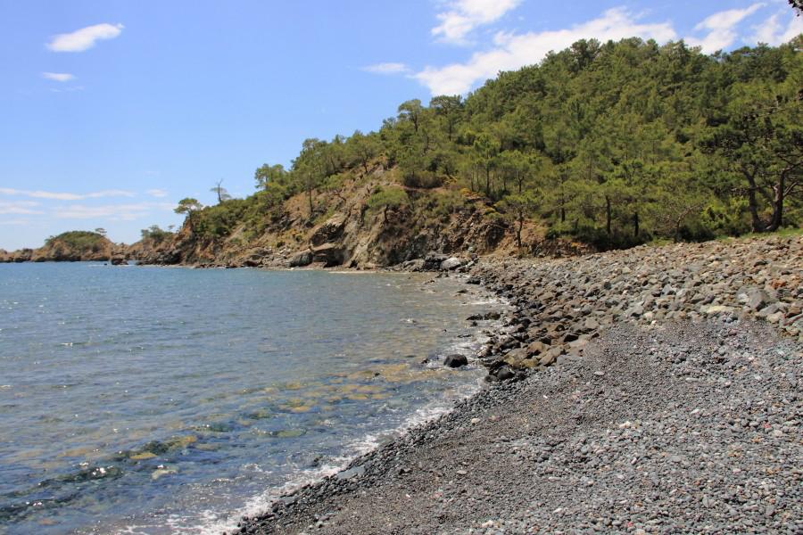 Галечный пляж бухты Клеопатры