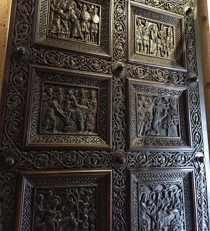 Деревянные двери в храм Святого Домна