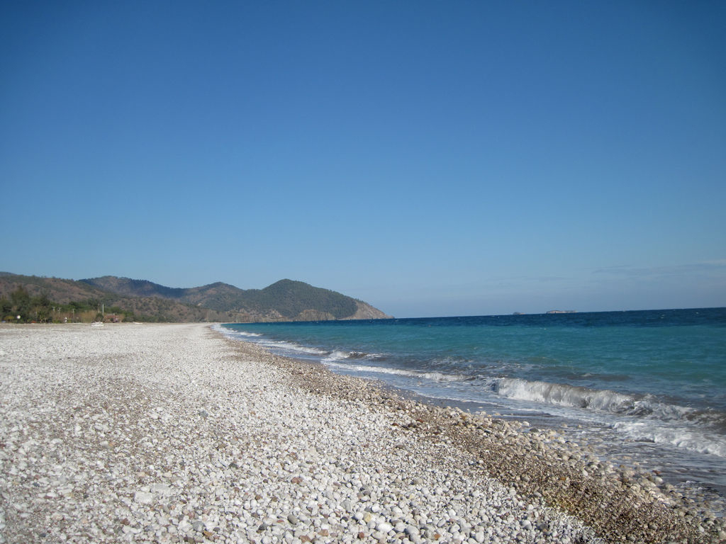 Длинный малолюдный пляж в Чирали