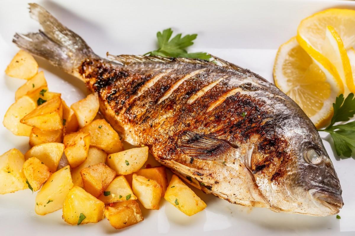 Порция картофеля с рыбой