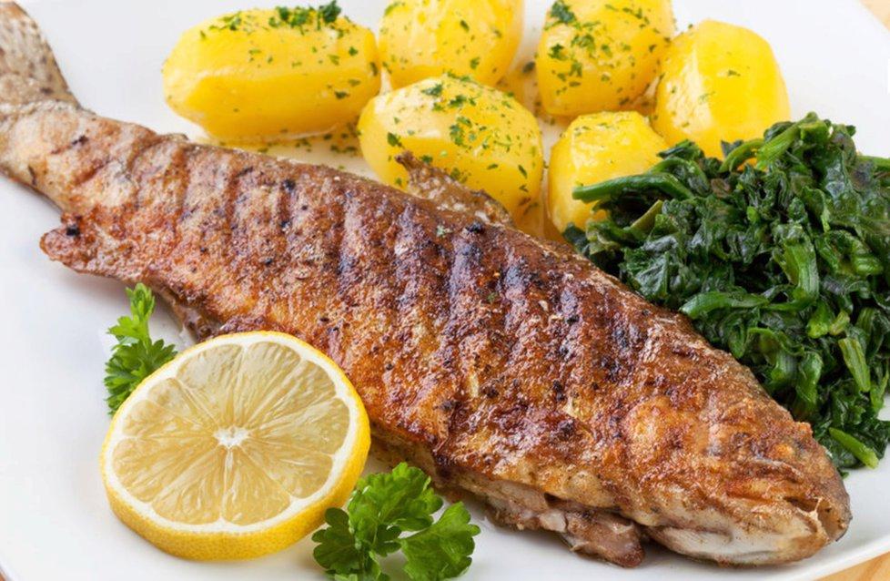 Блюдо - жареная рыба с мангольдом