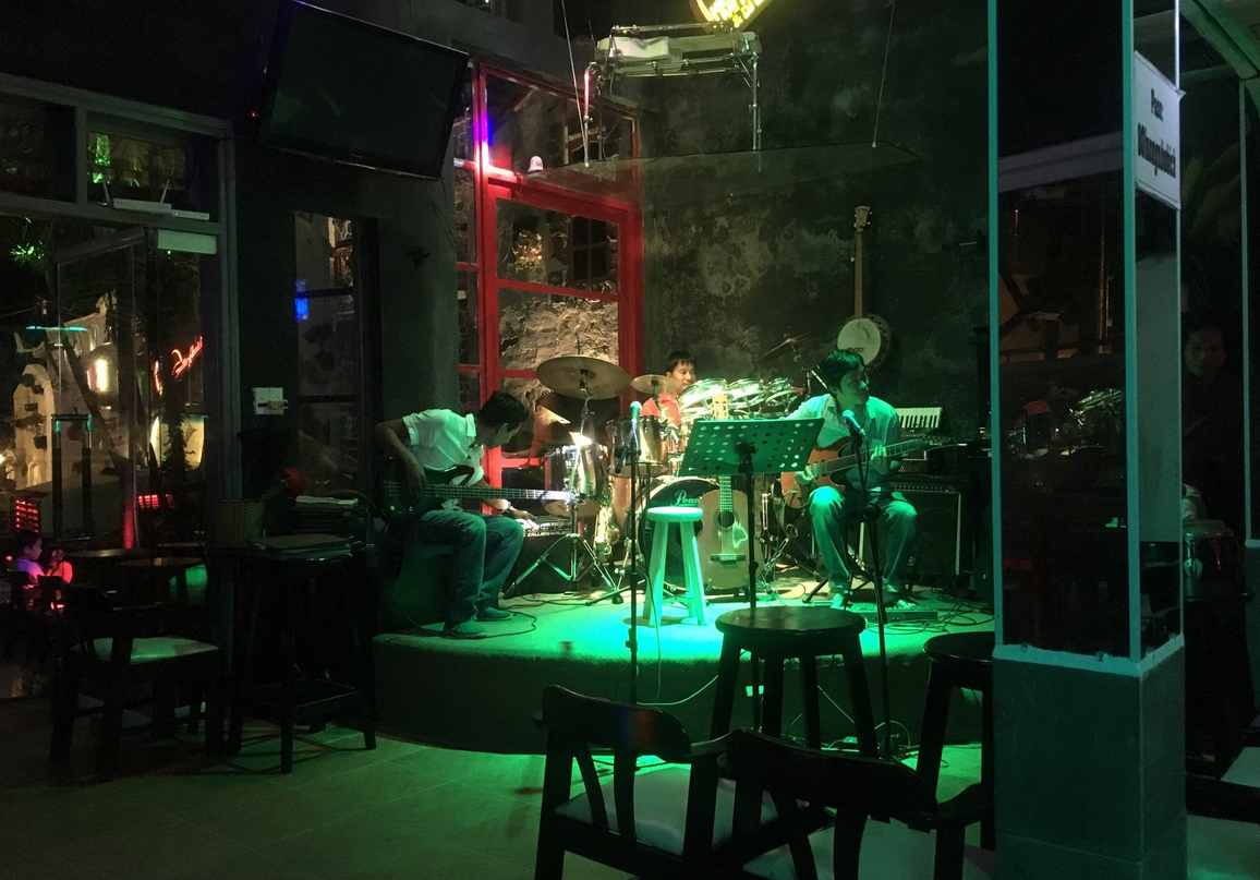 Живая музыка в баре Guitar Hawaii Hoi An Live Music Bar
