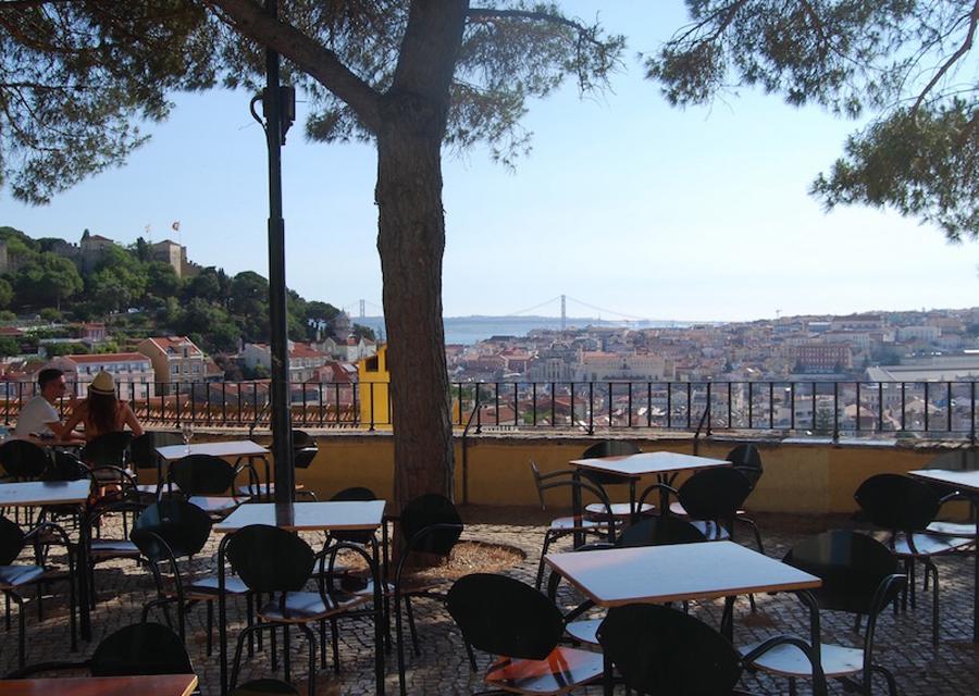 Кафешка на смотровой площадке Miradouro da Graça