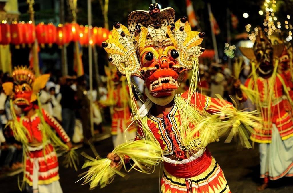 Красочная костюмированная процессия