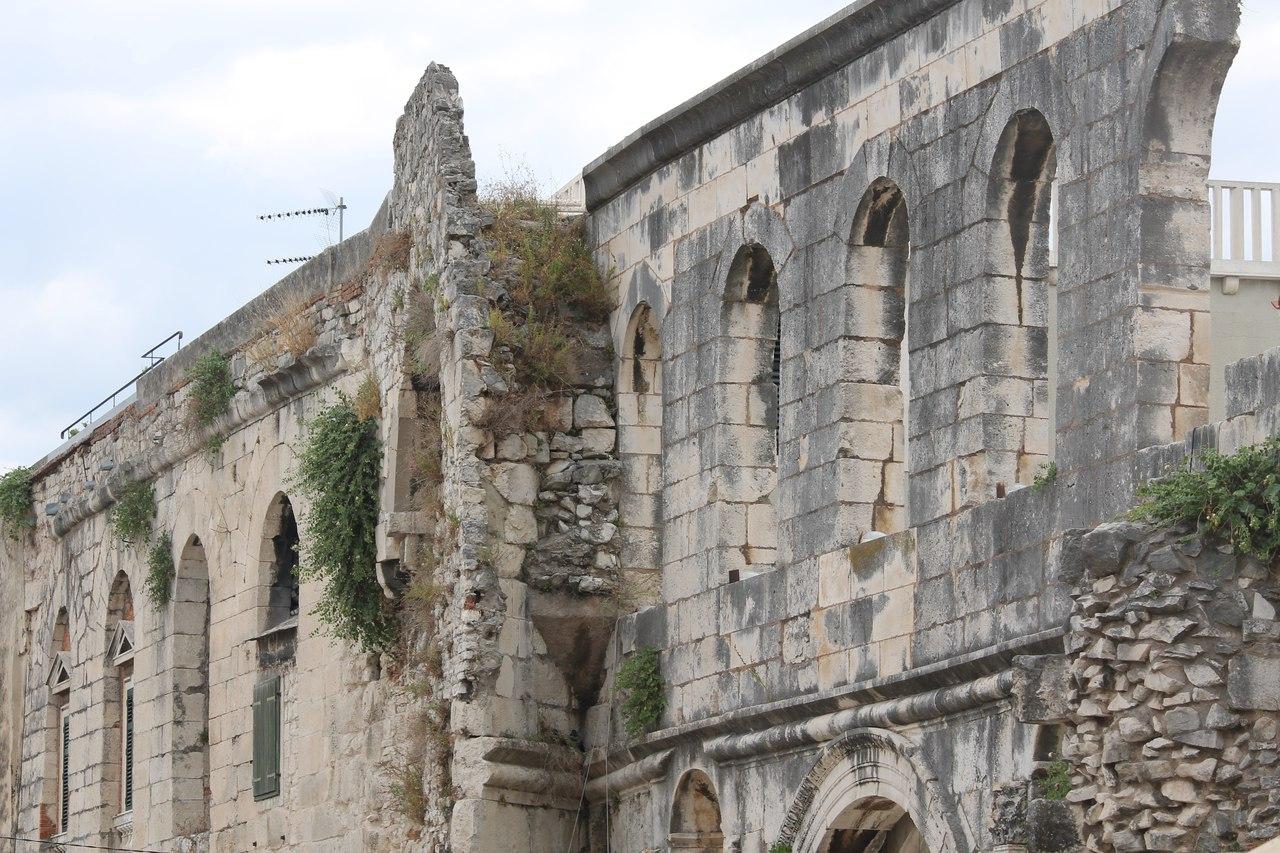 Крепостные стены дворца Диоклетиана