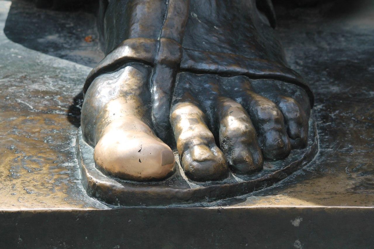 Левая нога епископа Гргуру Нинского