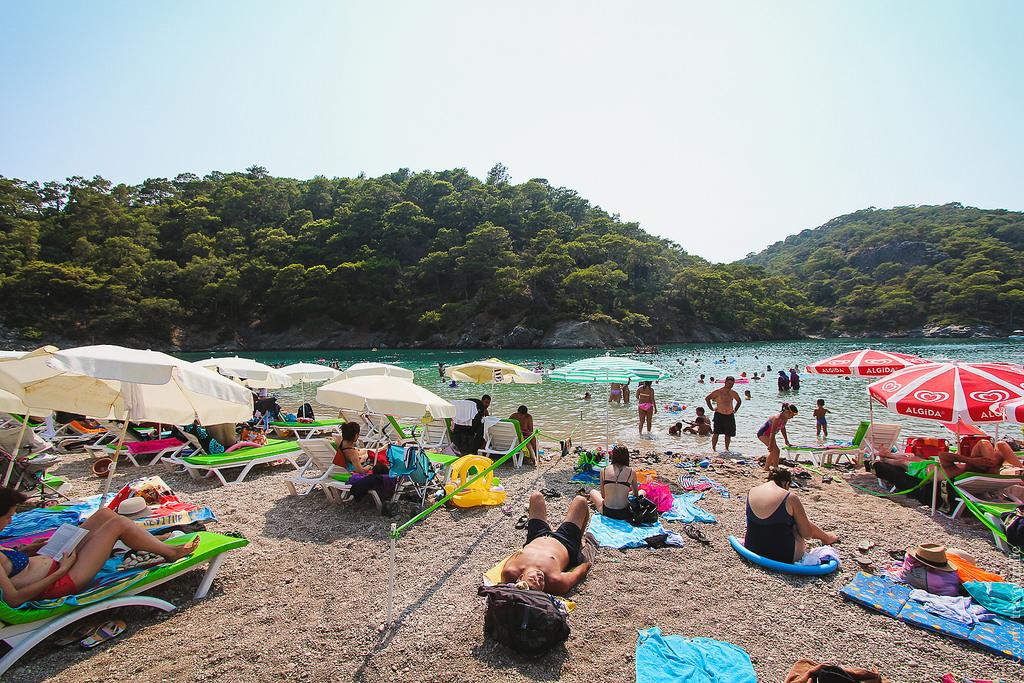 В высокий сезон пляж перегружен туристами