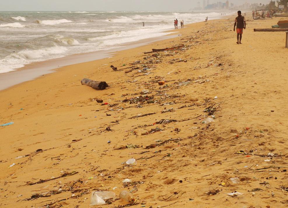 Не совсем чистый городской пляж Маунт Лавинии