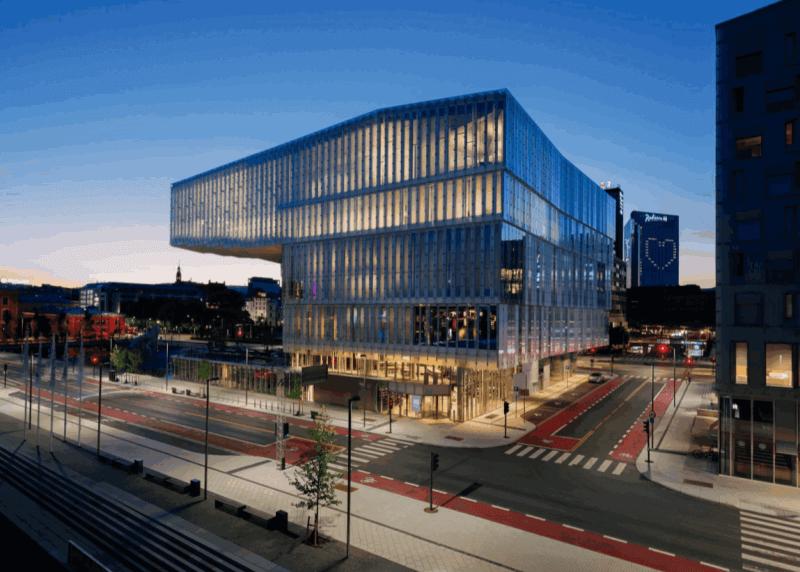 Здание библиотеки вечером