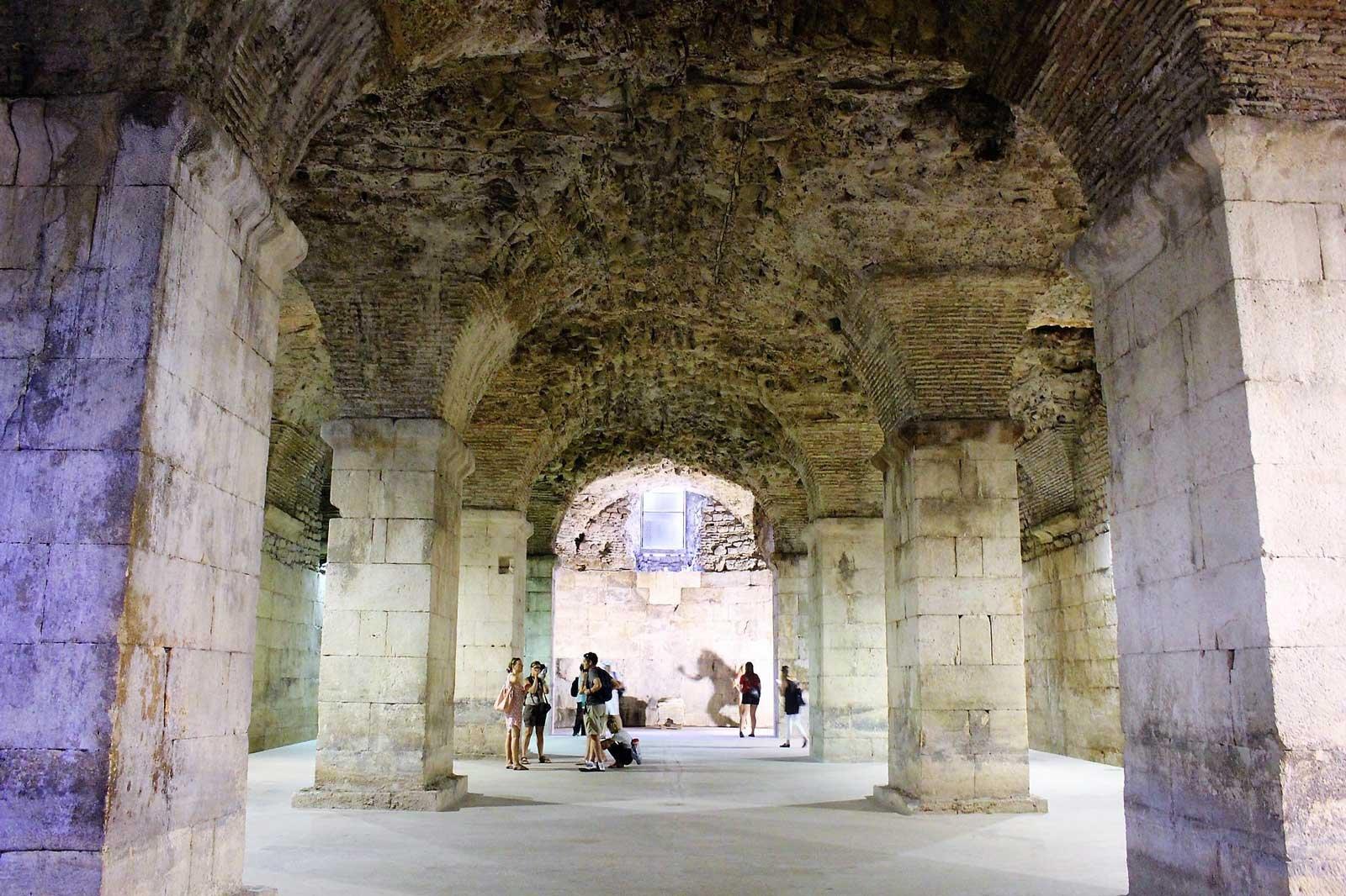 подземелье дворца диоклетиана фото решение исключительно декоративно