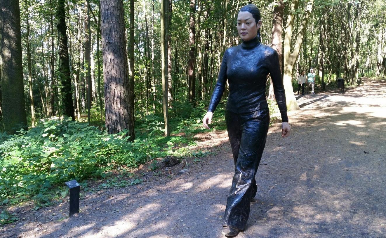 Скульптура шагающей китаянки