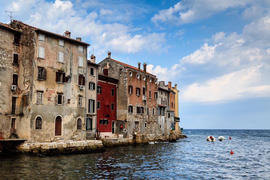Старинная архитектура напоминающая венецианскую