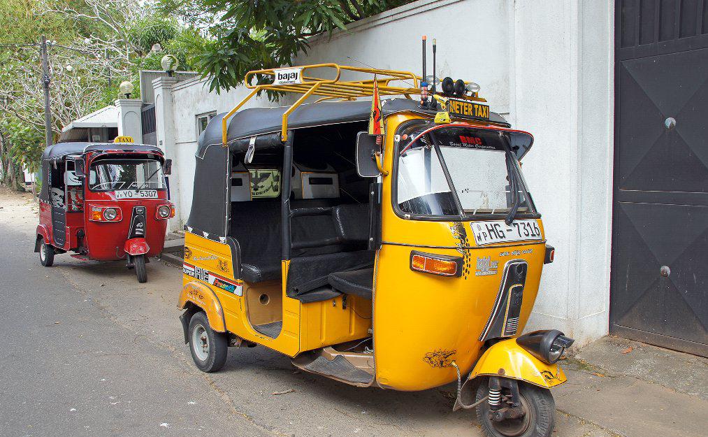 Тук-тук с табличкой Taxi-meter