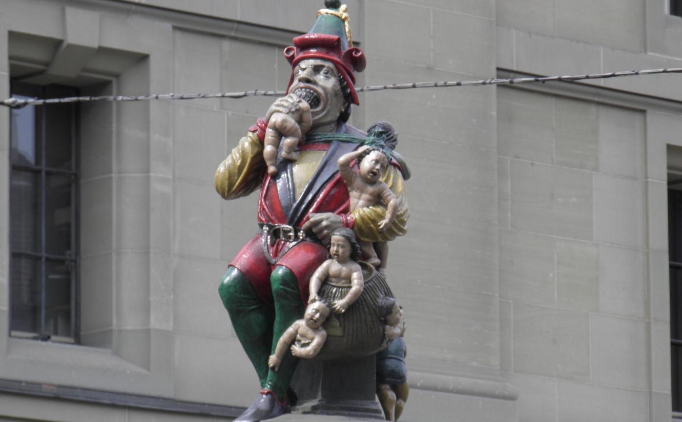 Статуя великана, который ест ребенка