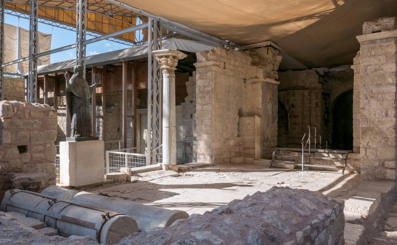 Церковь Святого Николая и его статуя(слева) под навесом