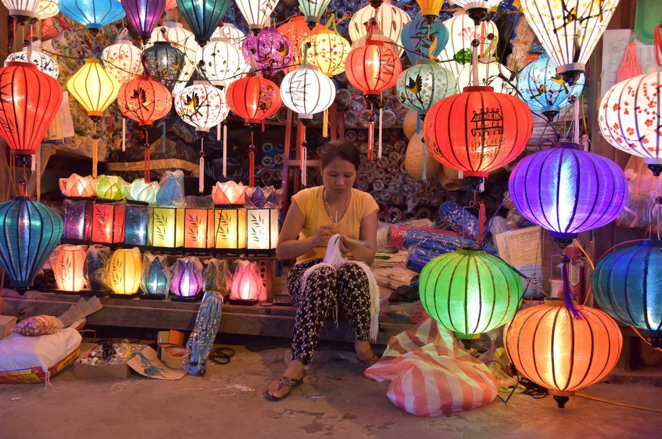 Шёлковые и бумажные фонарики на рынке Nguyen Hoang Street