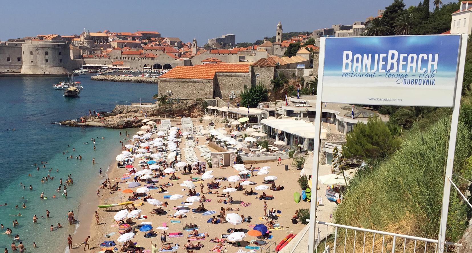 Вход на пляж Банье в Дубровнике