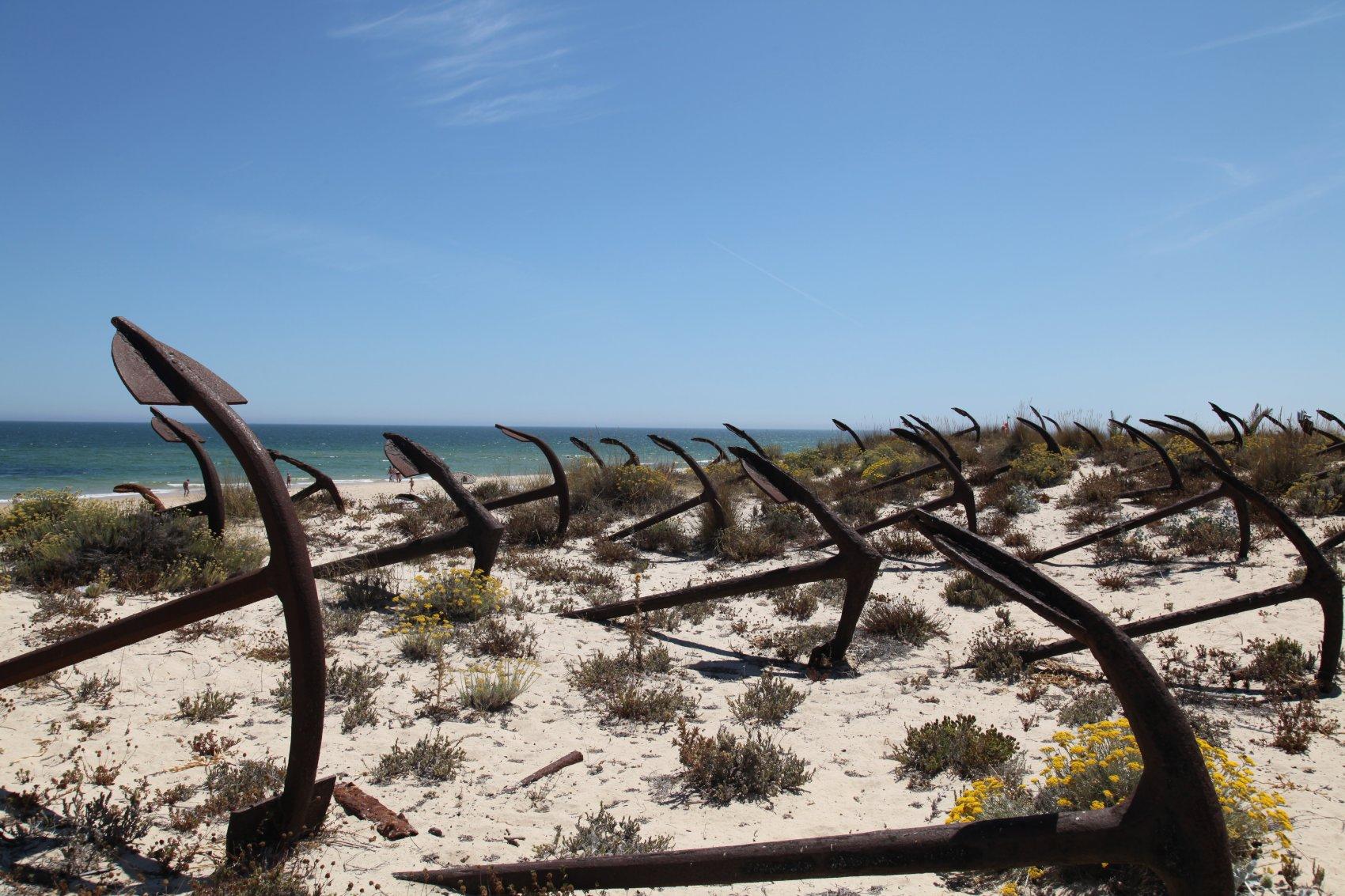 Кладбище якорей в конце пляжа