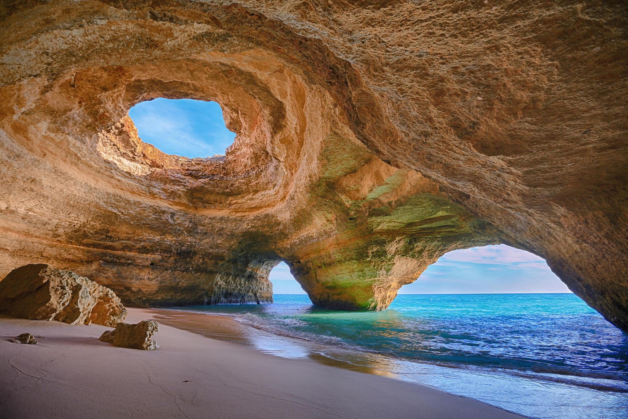 Пещера на участке берега Praia de Benagil