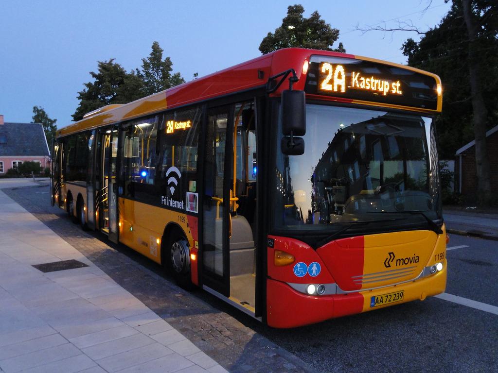 Автобусы с красной полосой