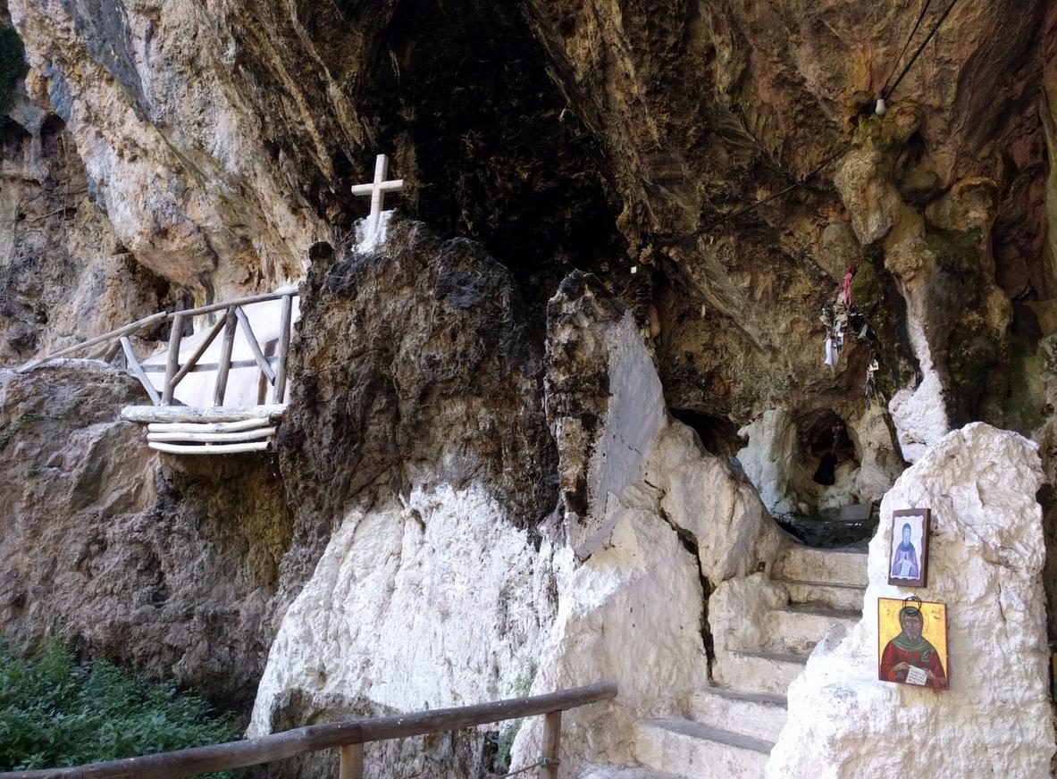 Вход в пещерный храм Святого Антония