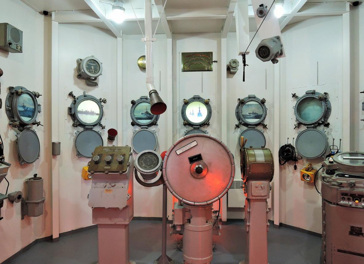 Зал имитирует кабину подводной лодки