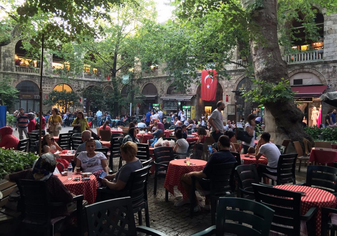 Кафешки во дворике Koza Hani