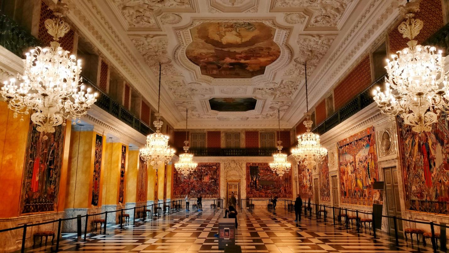 Бальный зал с настенными коврами