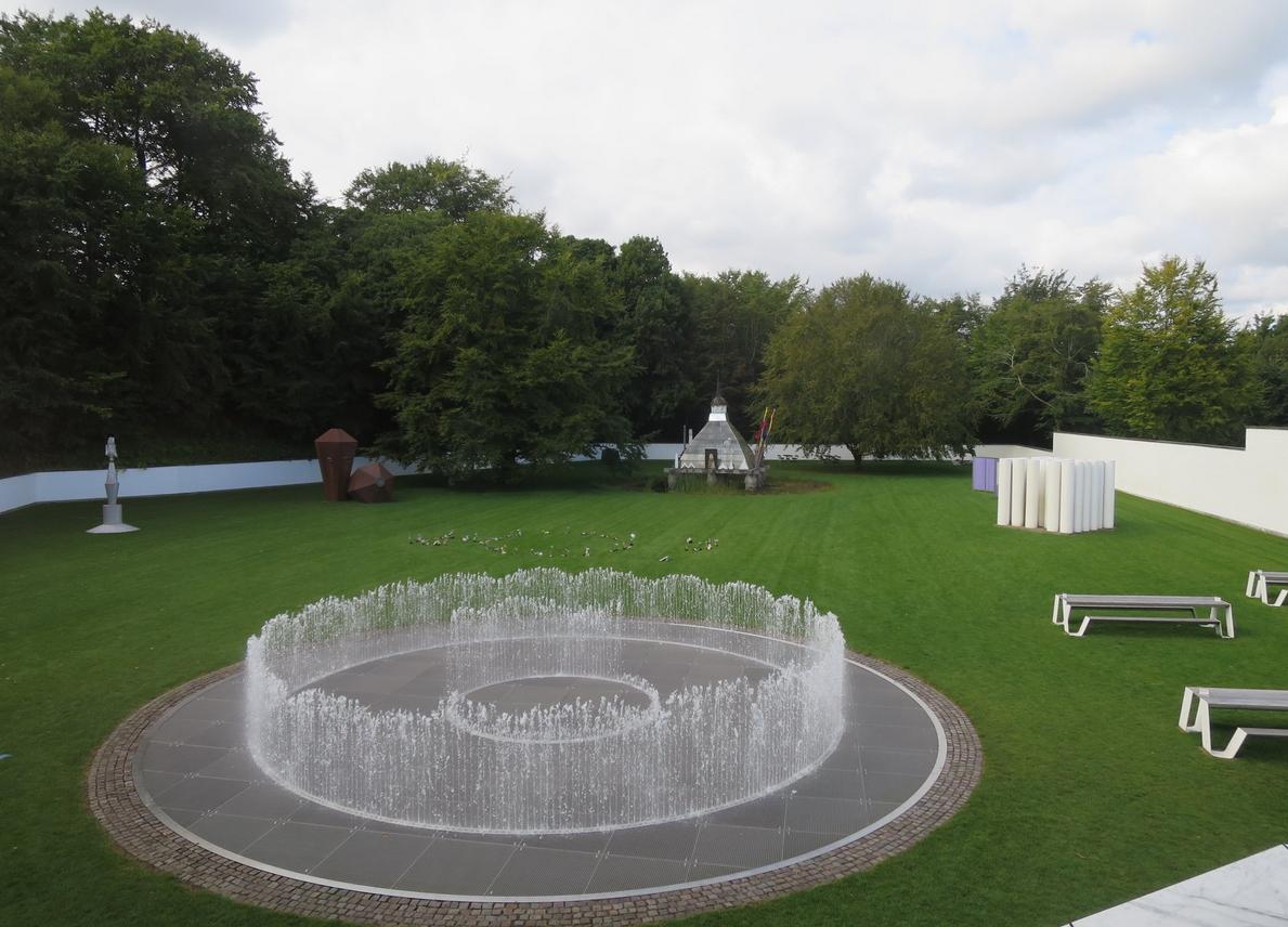 Сад с скульптурами рядом с музеем