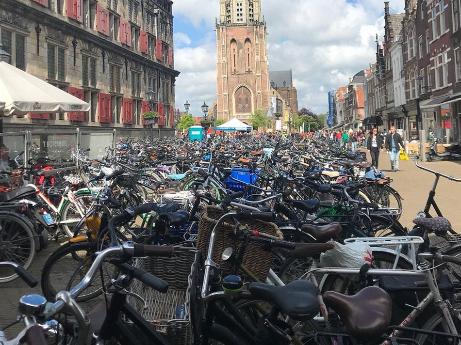 Скученность велосипедов на улицах Делфта
