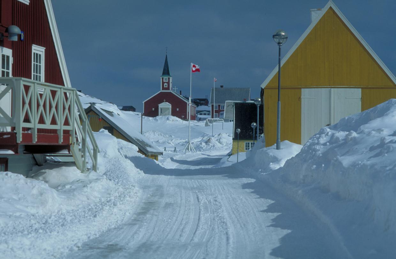 Слева - Национальный музей, по центру - Собор, Нуук, Гренландия