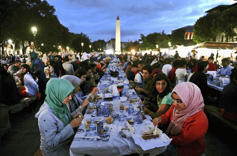 Фото: ужин на улице Стамбула в Рамадан