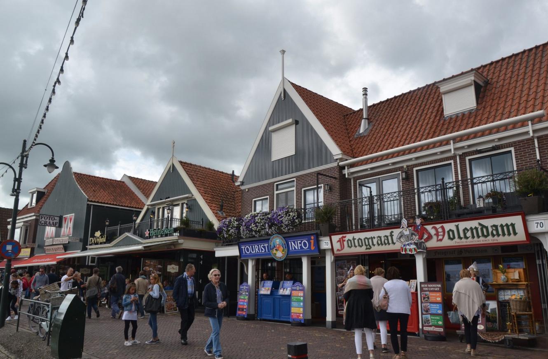 Многочисленные магазины на набережной