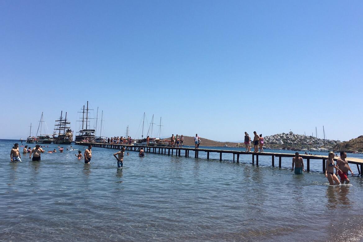 К пляжу часто подплывают туристы на яхтах