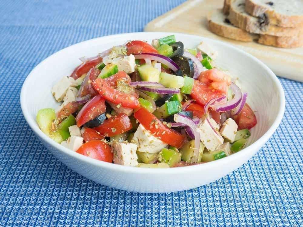 Огромная порция греческого салата