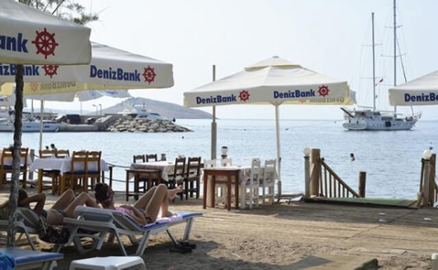 Зона с бесплатными лежаками от компании DenizBank