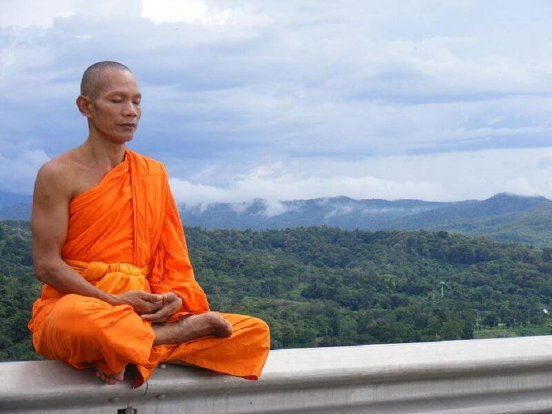 Буддийский монах во время медитации