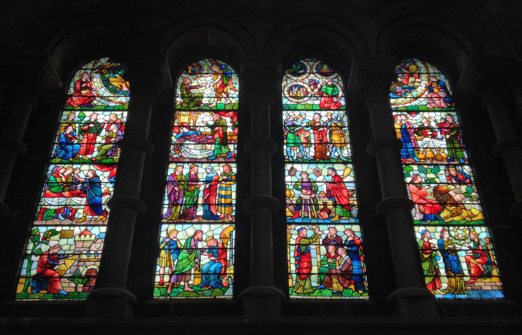 Витражи в соборе святого Фин Барра