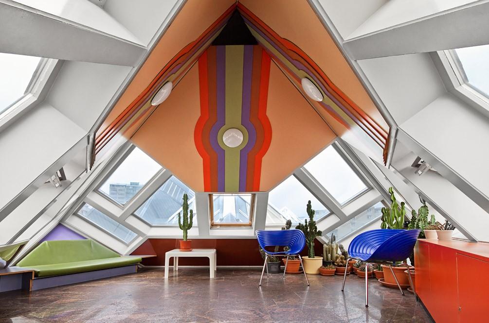 Внутри дома в кубическом стиле