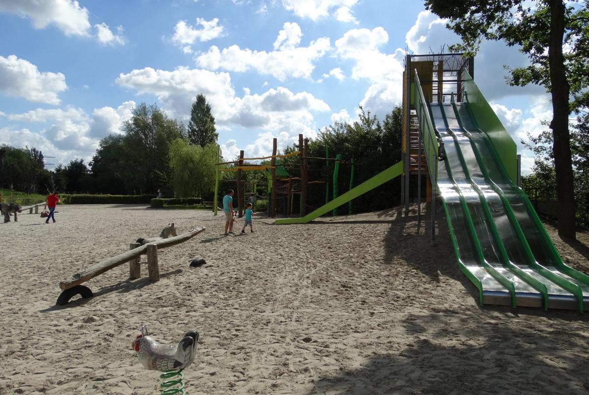 Детская площадка в зоопарке Dierenrijk