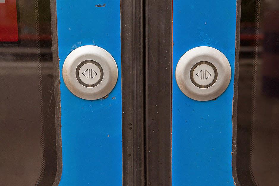 Кнопка открытия дверей в метро Амстердама
