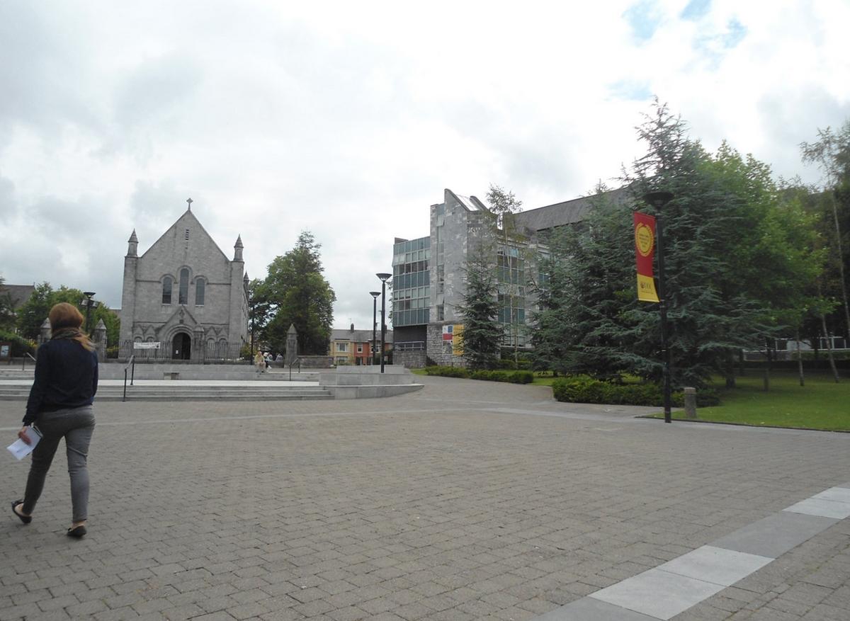 На территории Ирландского национального университета