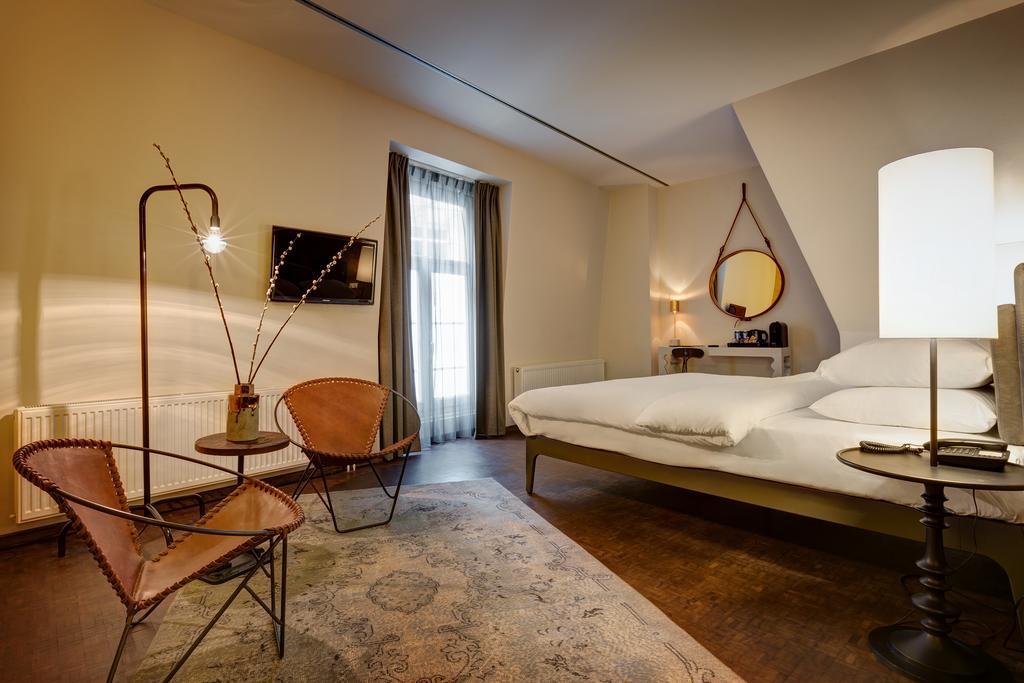 Отель Hotel V Nesplein в центре города Амстердам