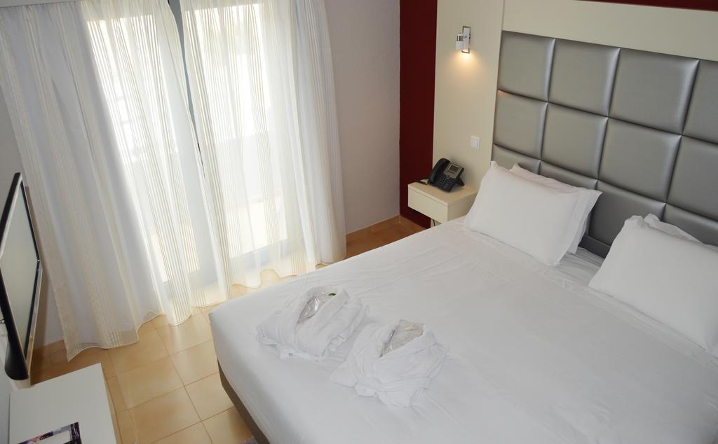 Номер в трехзвездочном отеле Hotel Santa Eulalia Praia